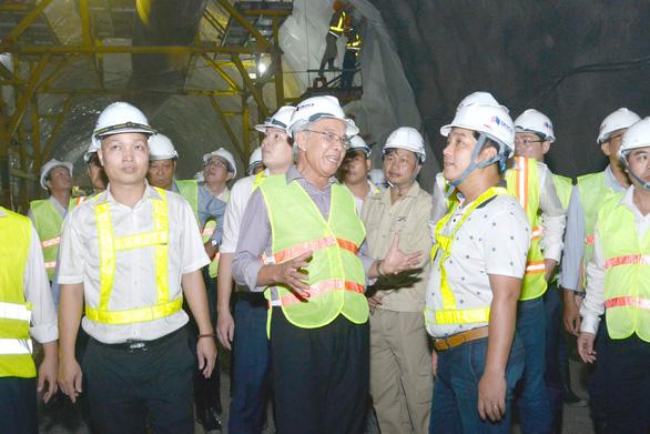 Ông Hồ Minh Hoàng kiểm tra tiến độ Dự án hầm đường bộ Hải Vân 2 Ảnh: PHÓ BÁ CƯỜNG